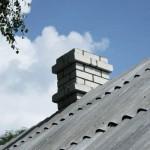 Кирпичный дымоход сквозь крышу-а