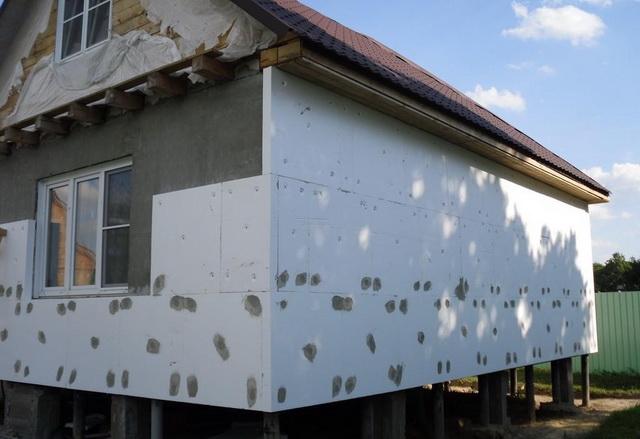 Чем утеплить стены дома снаружи - пенопластом или пеноплексом 1