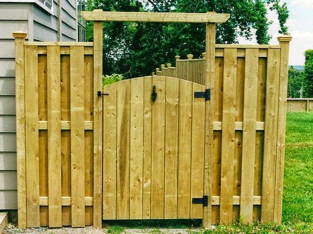 Забор с калиткой деревянный