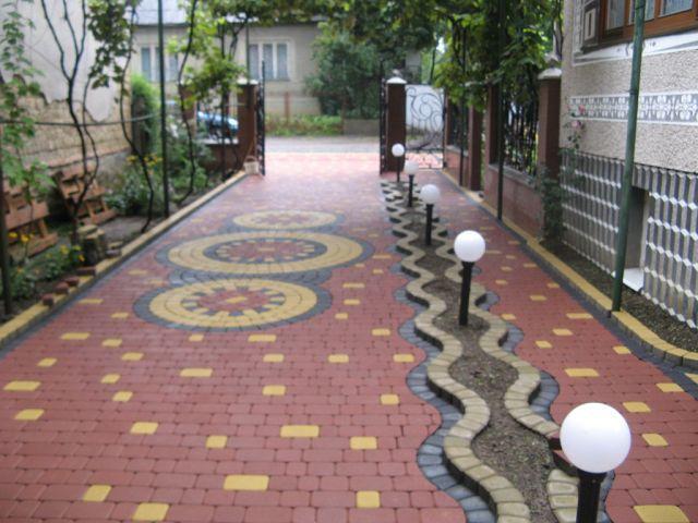 Дворы частных домов: зоны (фото) Дизайн брусчатки во дворе дома фото